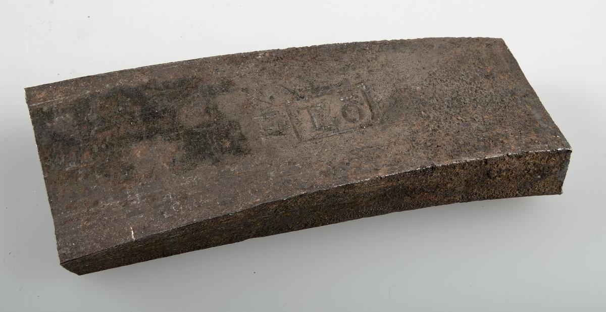Avhugget stycke av järnband, byggnadsjärn med fyrkantig järnstämpel TÖ.
