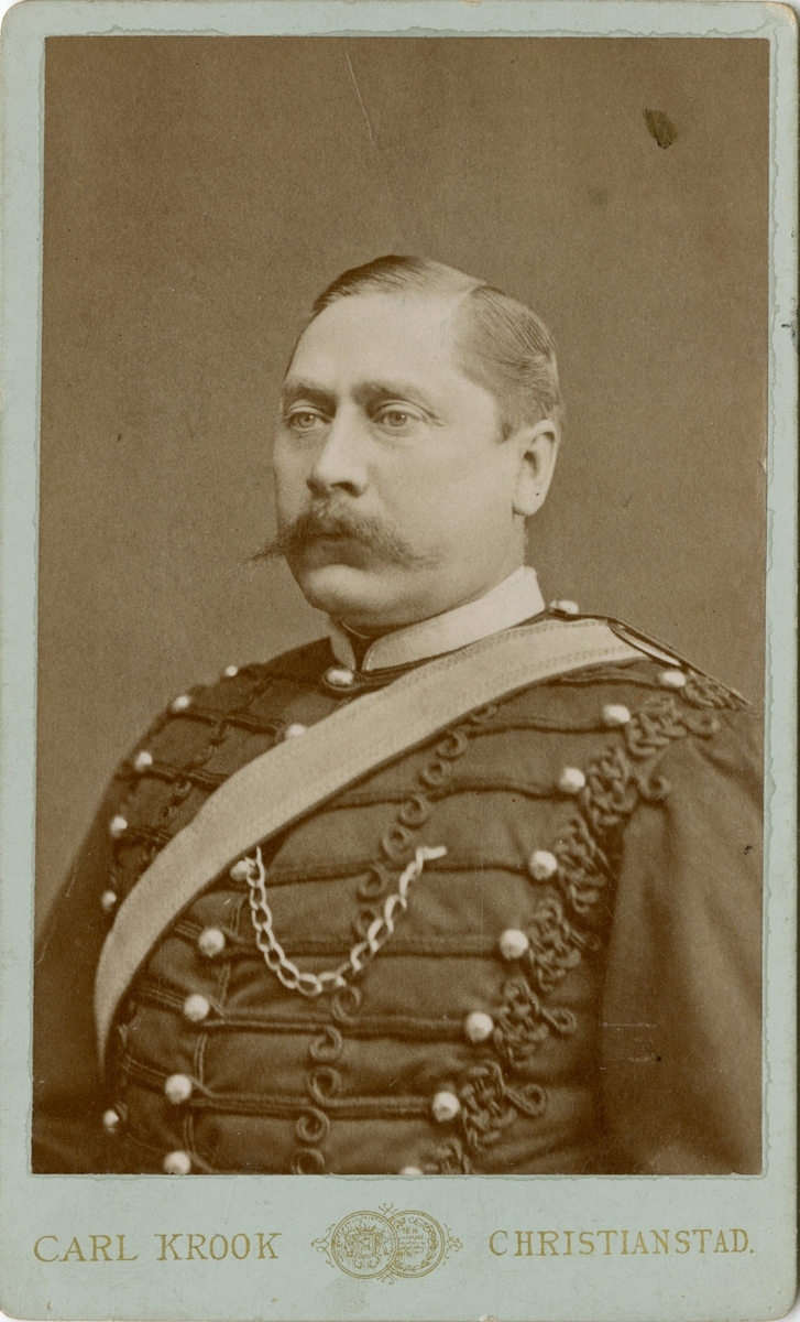 Porträtt av okänd officer vid artilleriregemente.