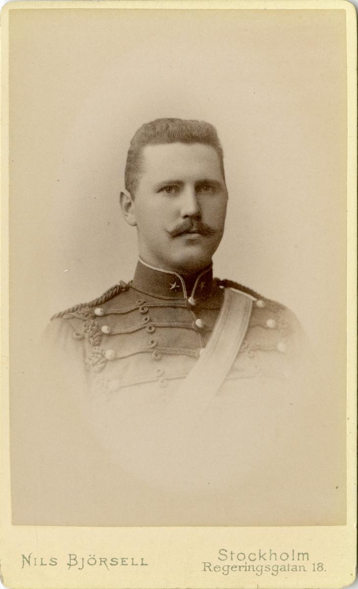 Porträtt av Oswald Fredrik Kuylenstierna, underlöjtnant vid artilleriet. Se även bild AMA.0007696 och AMA.0014351.