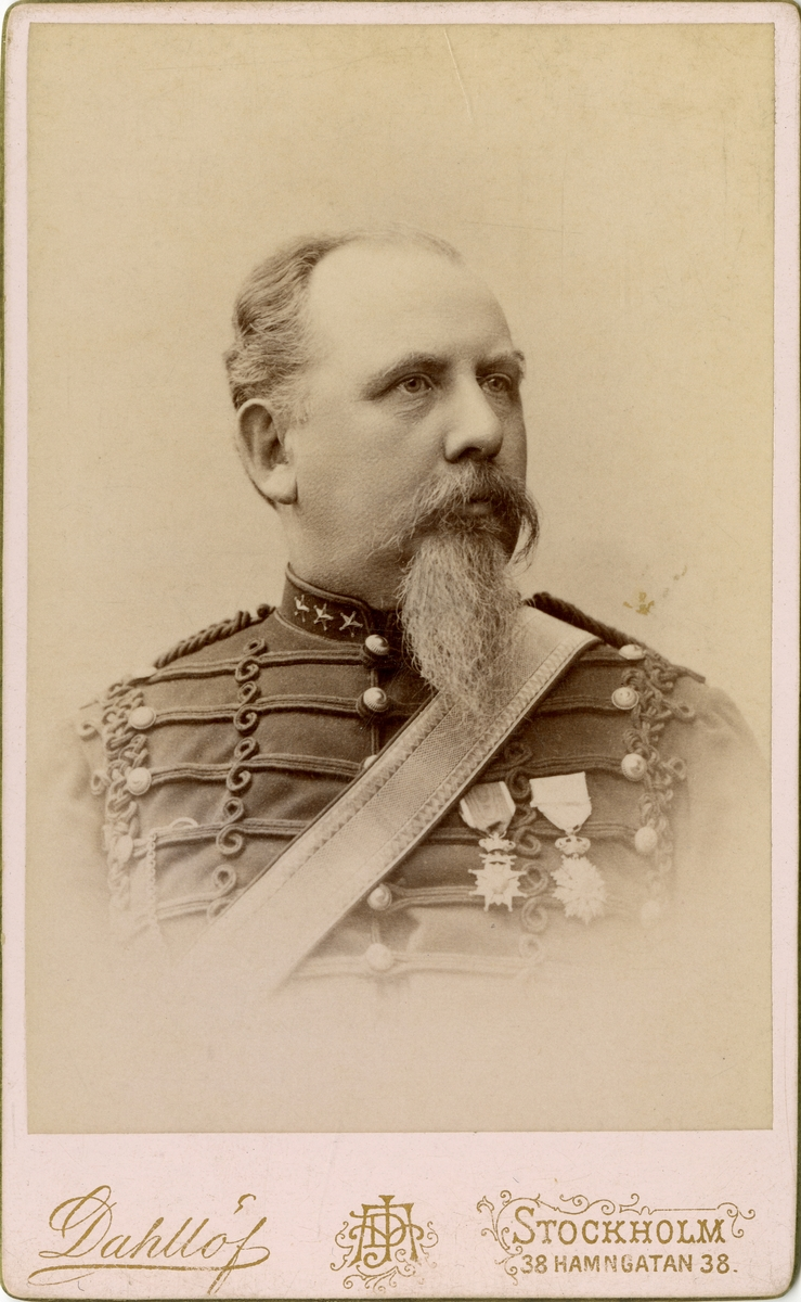 Porträtt av okänd kapten vid artilleriregemente.