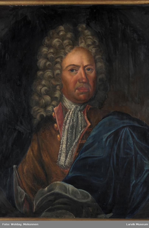 U.F. Gyldenløve i brun drakt og blå kappe