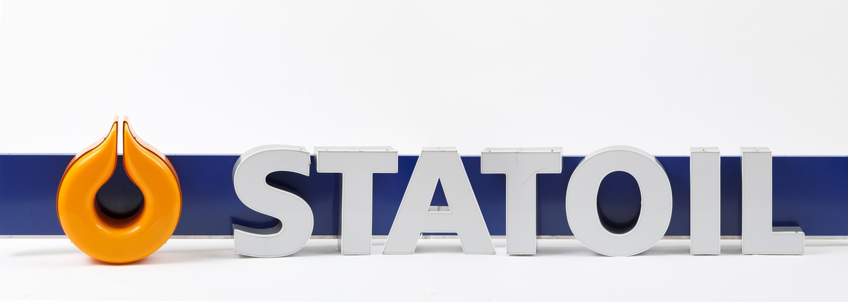Langt Statoilskilt som har vært montert på siden av taket over bensinpumpene på bensinstasjon. Skiltet ble ved avmontering delt i tre deler, som sammensatt danner et skilt. Skiltet er blåt med en påmontert oransje stilisert dråpe i hard plast. Hvite bokstaver danner navnet Statoil. Bokstavene er i lettmetall og plast som er montert på skiltet.