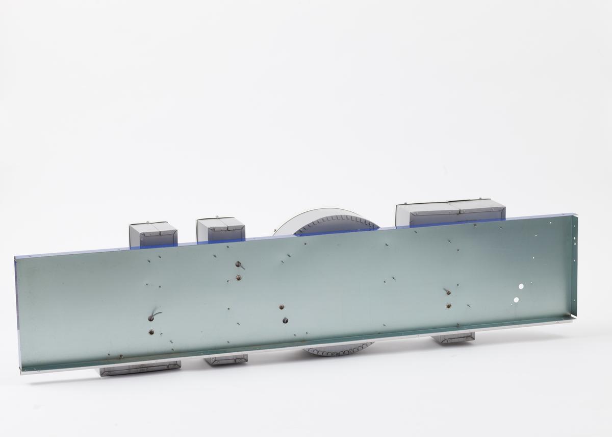 Langt Statoilskilt som har vært montert på siden av taket over bensinpumpene på bensinstasjon. Skiltet ble ved avmontering delt i tre deler, som sammensatt danner et skilt. Skiltet er blåt med en påmontert oransje stilisert dråpe i hard plast. Hvite bokstaver danner navnet Statoil. Bokstavene er i lettmetall og plast som er montert på skiltet.  Del C er med bokstavene TOIL