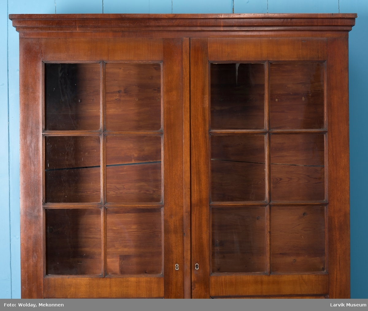 Tredelt topplist, 6 felt med glass i hver dør, speilfylling nederst, 6 hyller inne i skapet, 5 ikke bearbeidet.