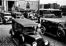 Bilar parkerade på Gustav Adolfs torg vid Operan, Stockholm.