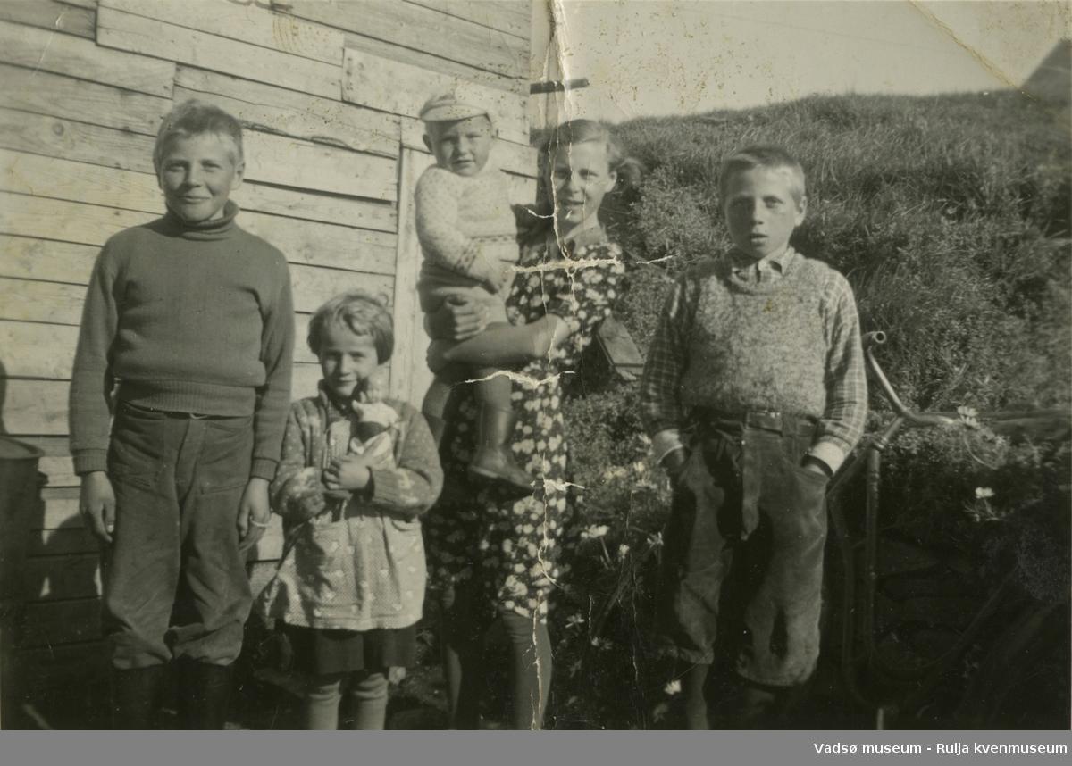 Gruppebilde av flere blad Jørstad/Berg, oppstilt utenfor huset på Hellestvedt. F.v. Birger Jørstad, Ann Mari Berg (nå Lamo), Lilly med Rolf Berg på armen, Kurt Jørstad.
