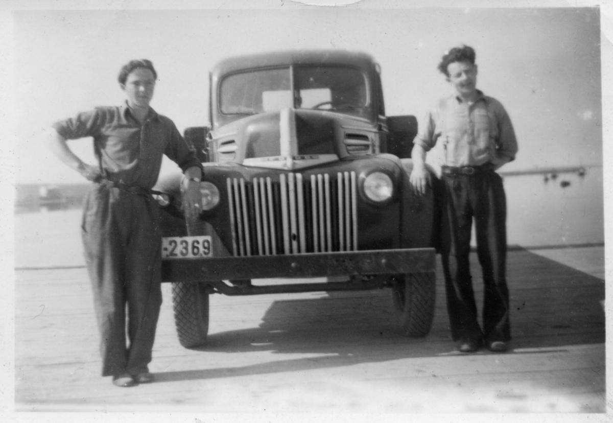 Mathis Henriksen (t.h) sammen med en annen ung mann foran lastebil av merket Ford. Lastebilen, som tilhørte en Øverdal, gikk senere gjennom isen på Rovvannet på Seidafjellet.