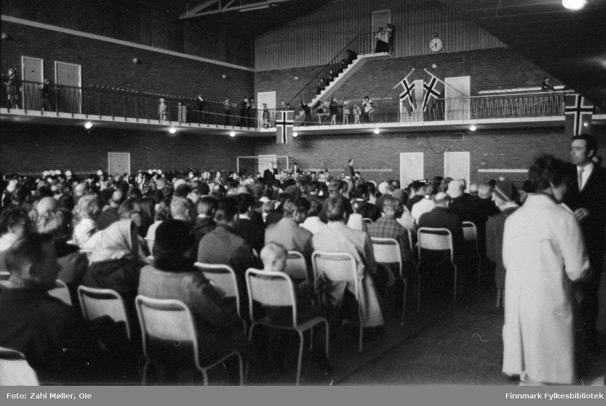 17.mai i Vadsø 1979. Fotografert av Ole Zahl Mölö. Publikum i salen, hører muligens på en 17.mai tale.