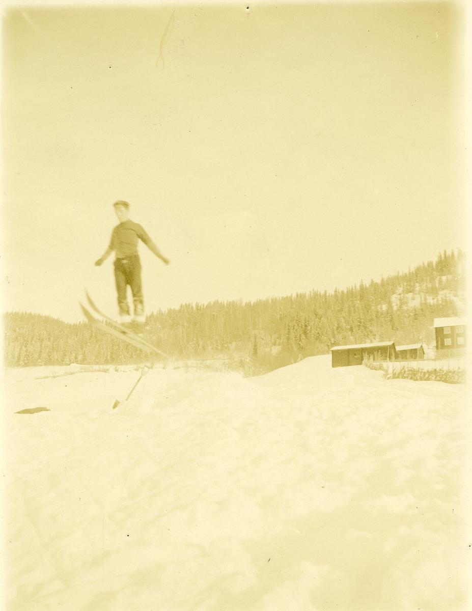 Kristian Knudsen hoppar i Erlandshaugbakken 1906.