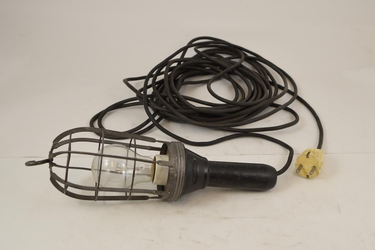 Håndholdt elektrisk arbeidslampe. Gitter rundt lyspæren med krok i toppen. Lang ledning.