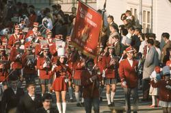 Seljestad skolekorps marsjerer. Publikum på fortauet i bakgr