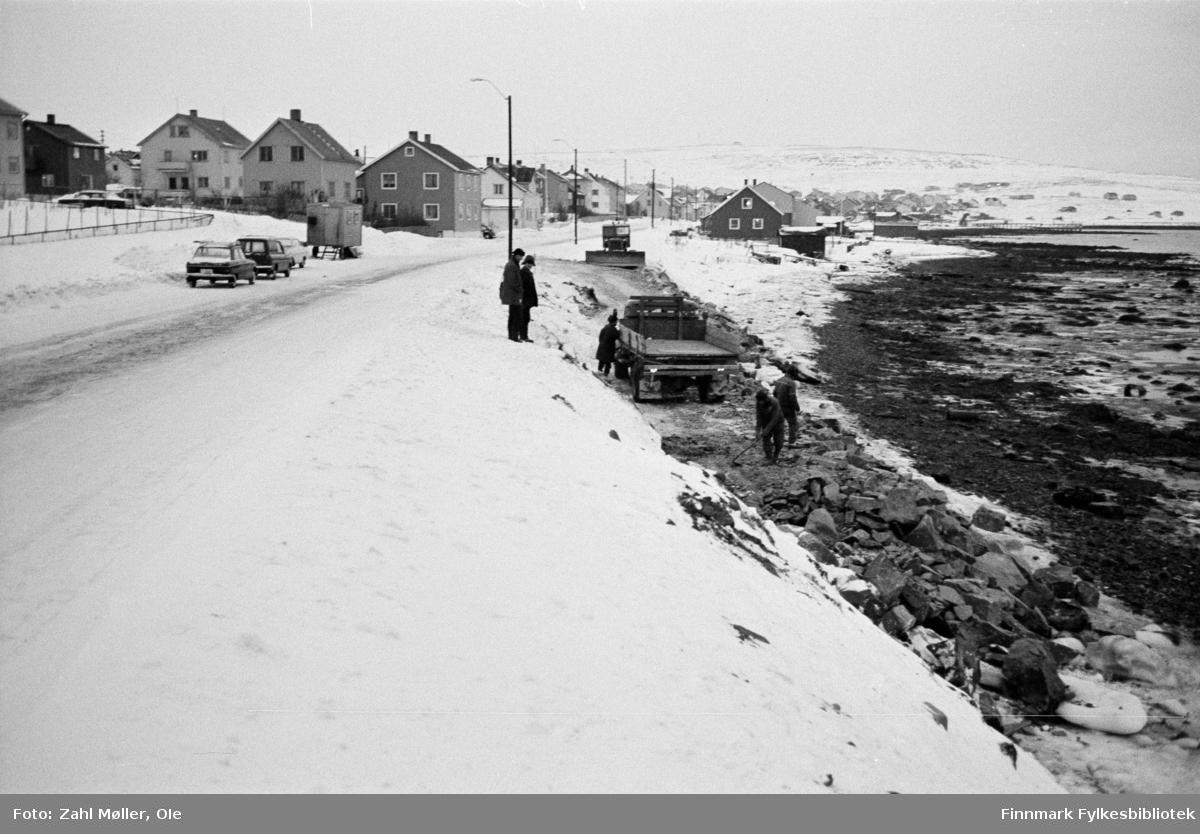 Serie bilder fotografert i Vadsø 1968-69. Anleggsarbeid langs en veistrekning i Vadsø.