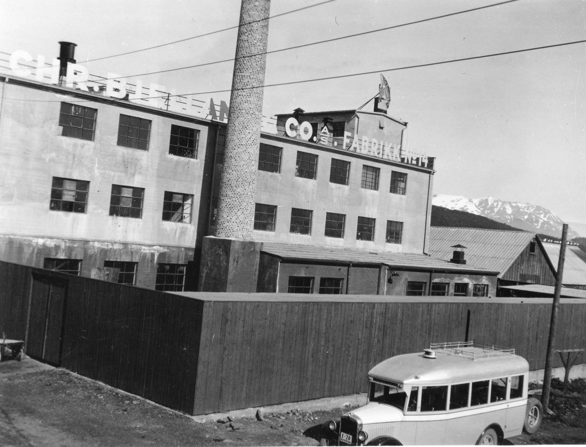 Bjellandfabrikken på Hamnneset. Buss i forgrunnen.