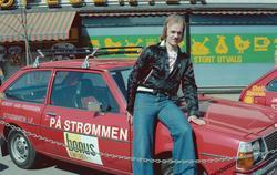Fotballspillere fra Strømmen IF med sponsorbiler utenfor Bon