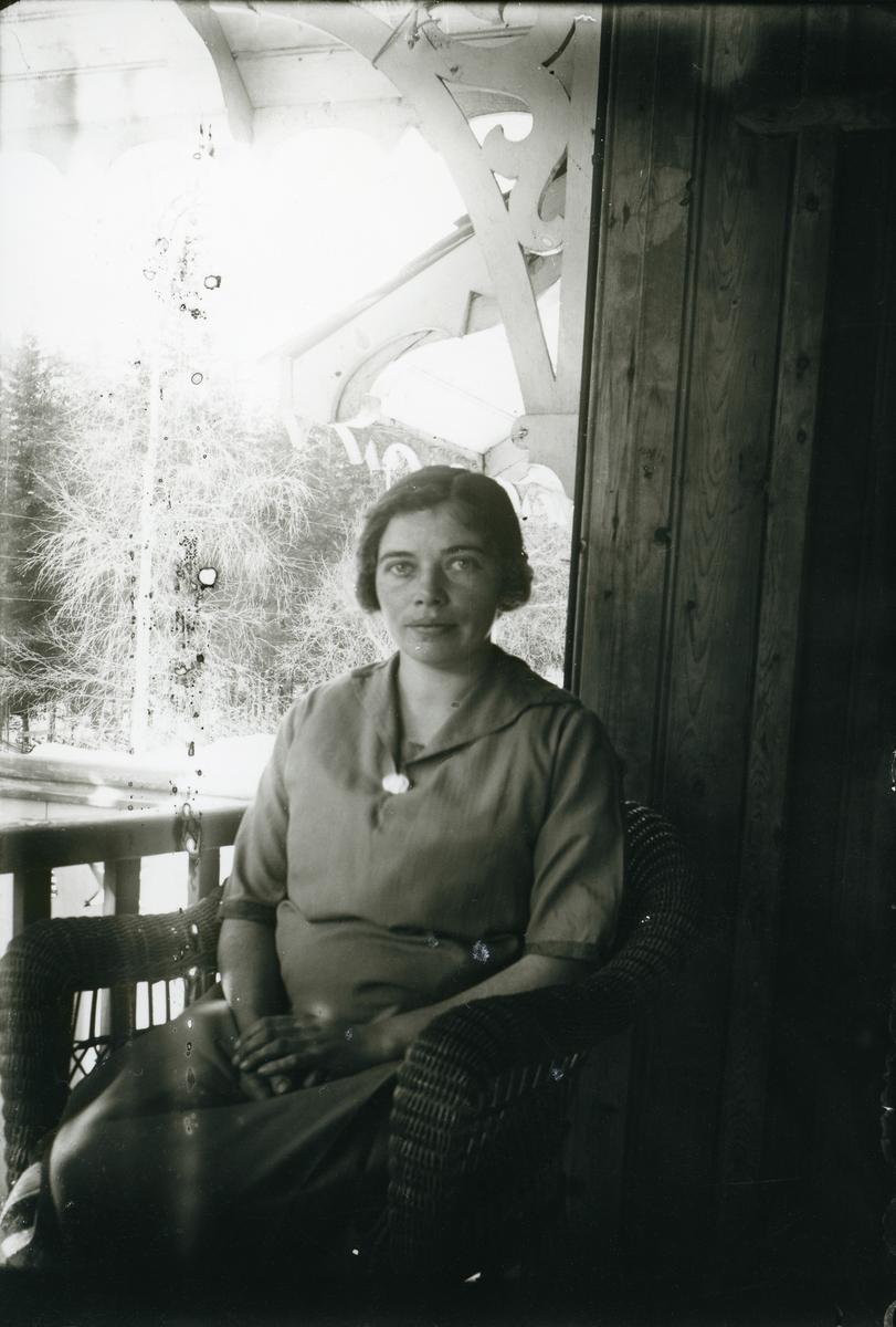 Kvinne på veranda, ca 1910-1915.