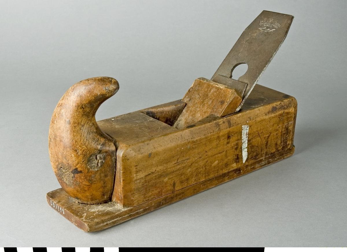 Hyvel av bokträ. Putshyveln har ett handtag, kallat hornet, i framändan. Hyveln är avsedd för finhyvling och putsning av träet. Hyveljärnet är stämplat ERIK ANTON BERG, ESKILSTUNA, SWEDEN med dess varumärke hajen. Hyveln är märkt med Stockholms Borgargilles nummer SB 1792.  Funktion: Liten handhyvel för ytor och kanter av mindre arbetsstycken