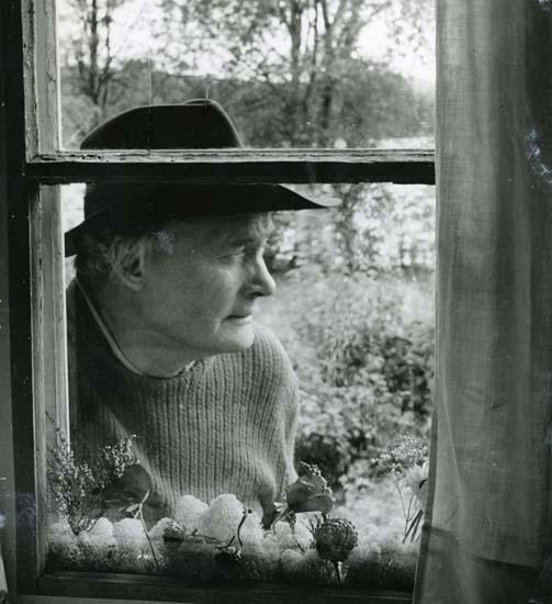 Fönsterisättning. Albert Viksten i hatt utanför fönstret, Törn 19-21 september 1958.