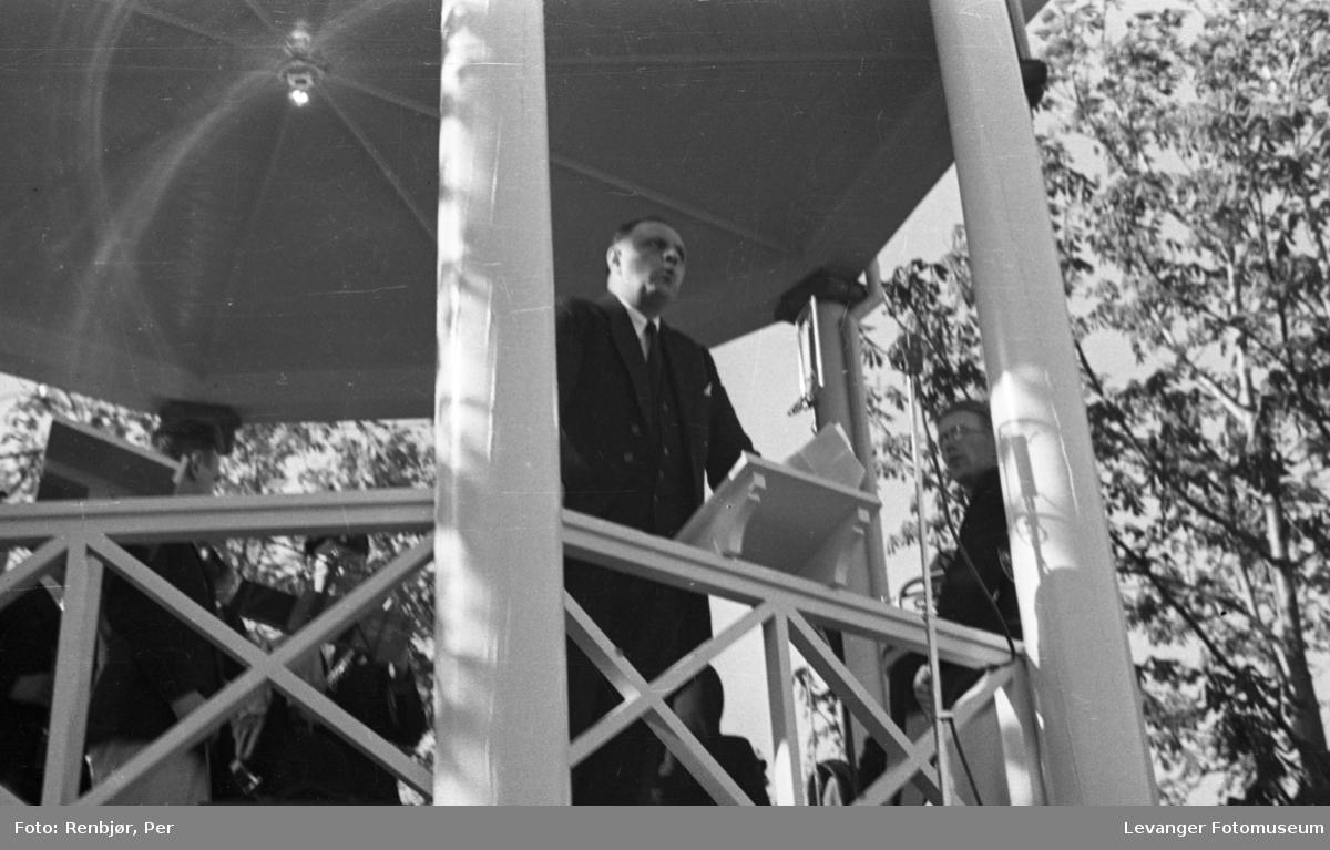 Taler i paviljongen på torget under Levangerdagene i 1936.