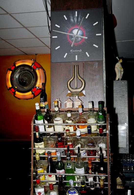 I baren i første etasje henger en Enslaved-klokke som er laget av LP'en Axioma Ethica Odini (2010). Foto: Helge Skodvin.