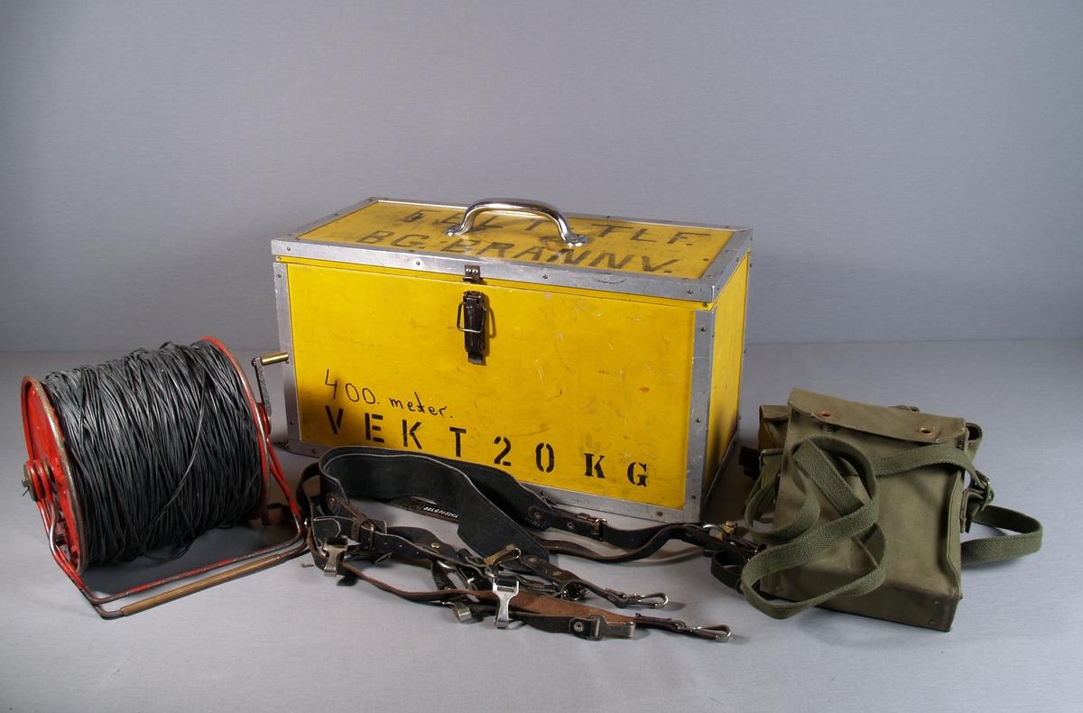 Kasse med to felttelefoner i veske, kabeltrommel med 400 meter telefonkabel, bæreseler for telefonene. og en ekstra ledning for tilkobling til telefon.