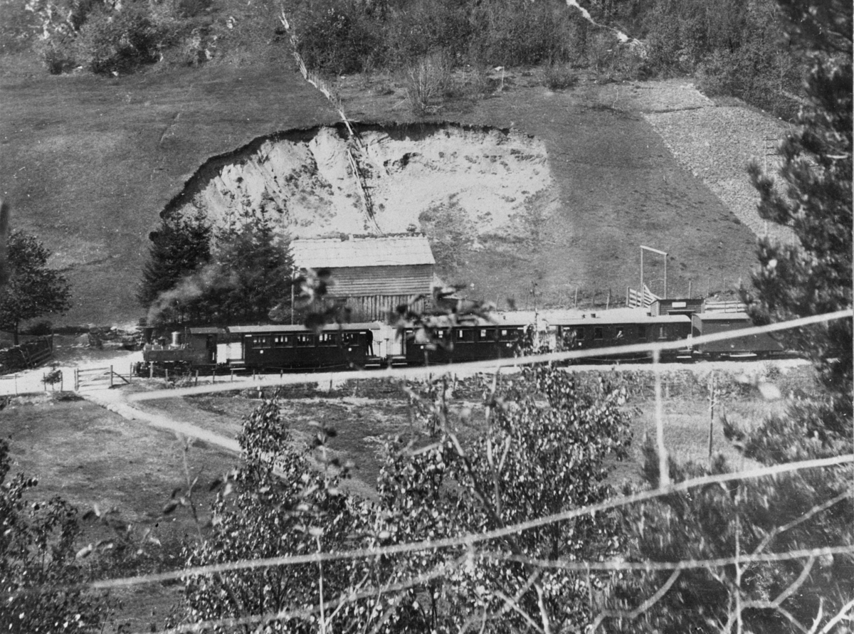 Tog på Nesttun-Osbanen på Kuven stoppested i 1919. Utsnitt av større landskapsfoto.