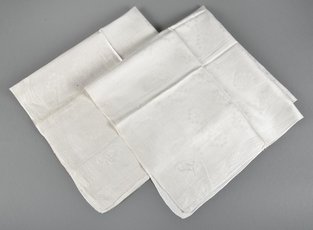 Två servetter av vitt hellinne, drällmönster, stiliserade stjärnor och blommor. Märkta CH eller CA med vitt bomullsgarn i plattsöm.