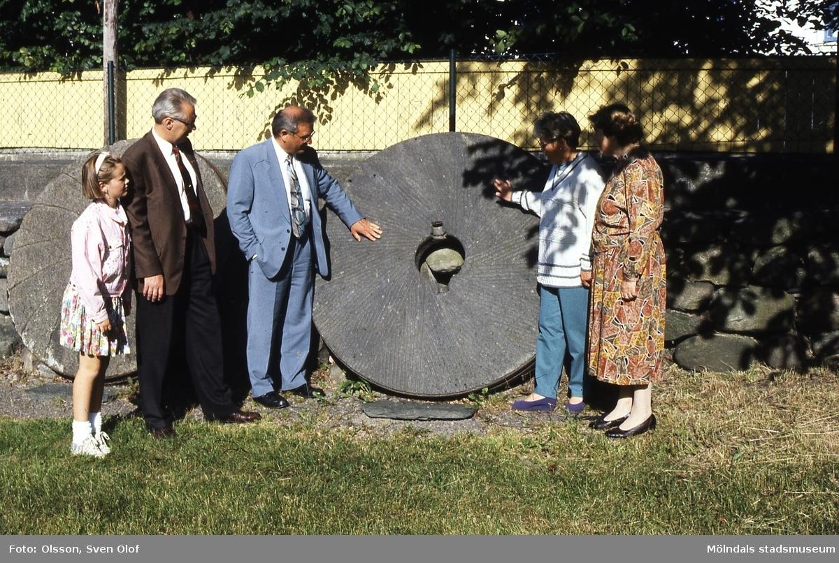 Besök på Kvarnbygården i Mölndal, 22/6 1993. Från höger Solveig Olsson, Barbro Mattsson, landshövding Kjell A Mattsson, Leif Flatow och dottern Alexandra. Kv 14:38.