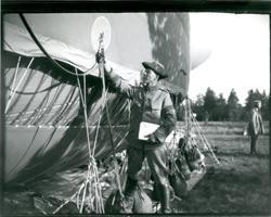 Suneson, C-E. Furir, kontrollerar spränglinan.