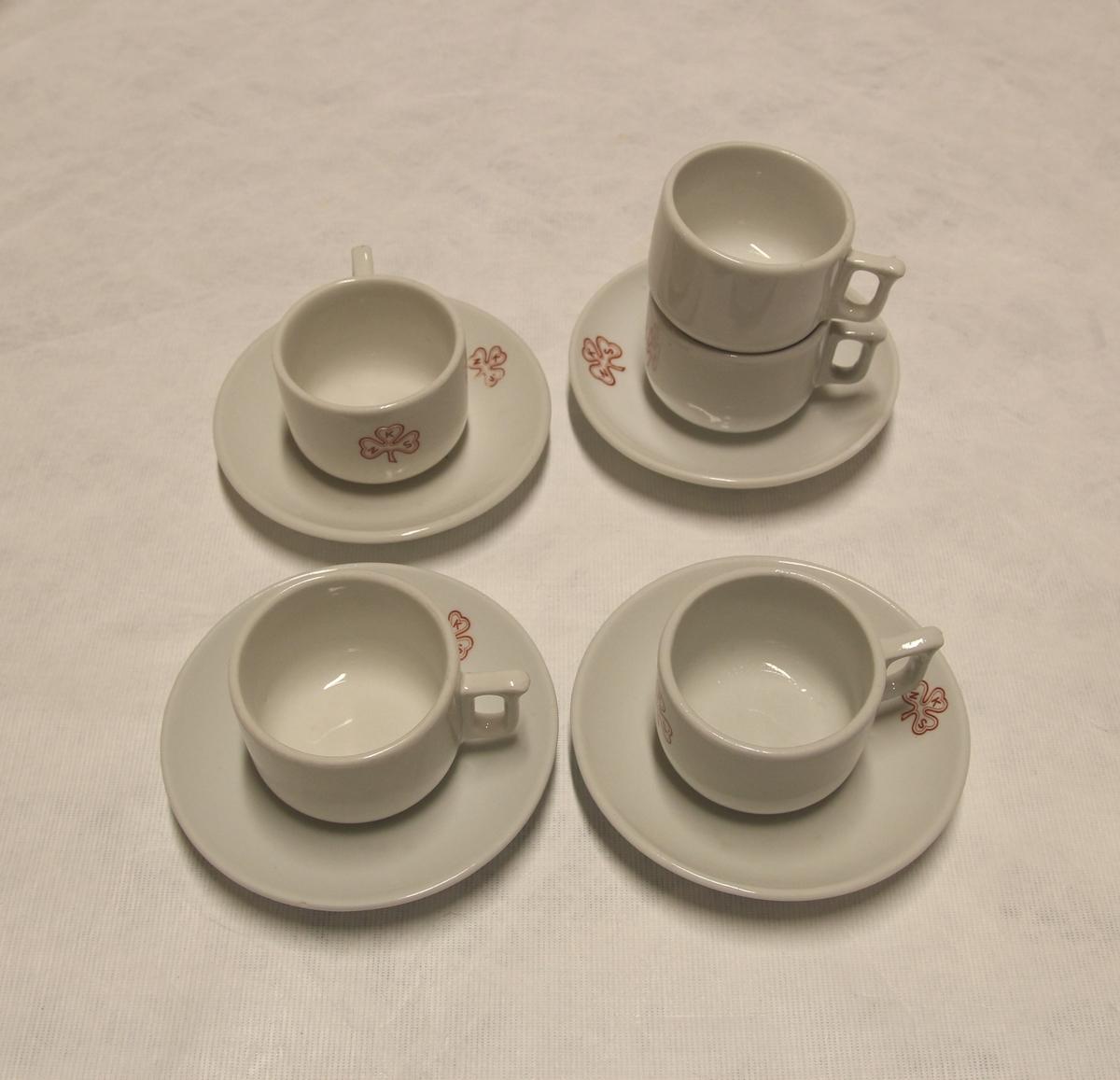 Fem kaffekopper og fire skåler/tefat. De er merket med NKS (Norske Kvinners Sanitetsforening) i symbol.