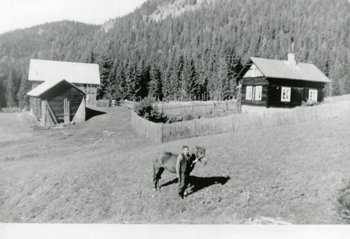 Plassen Øvre Skaran, Sør-Aurdal. På jordet står Reier Skaran med hesten.