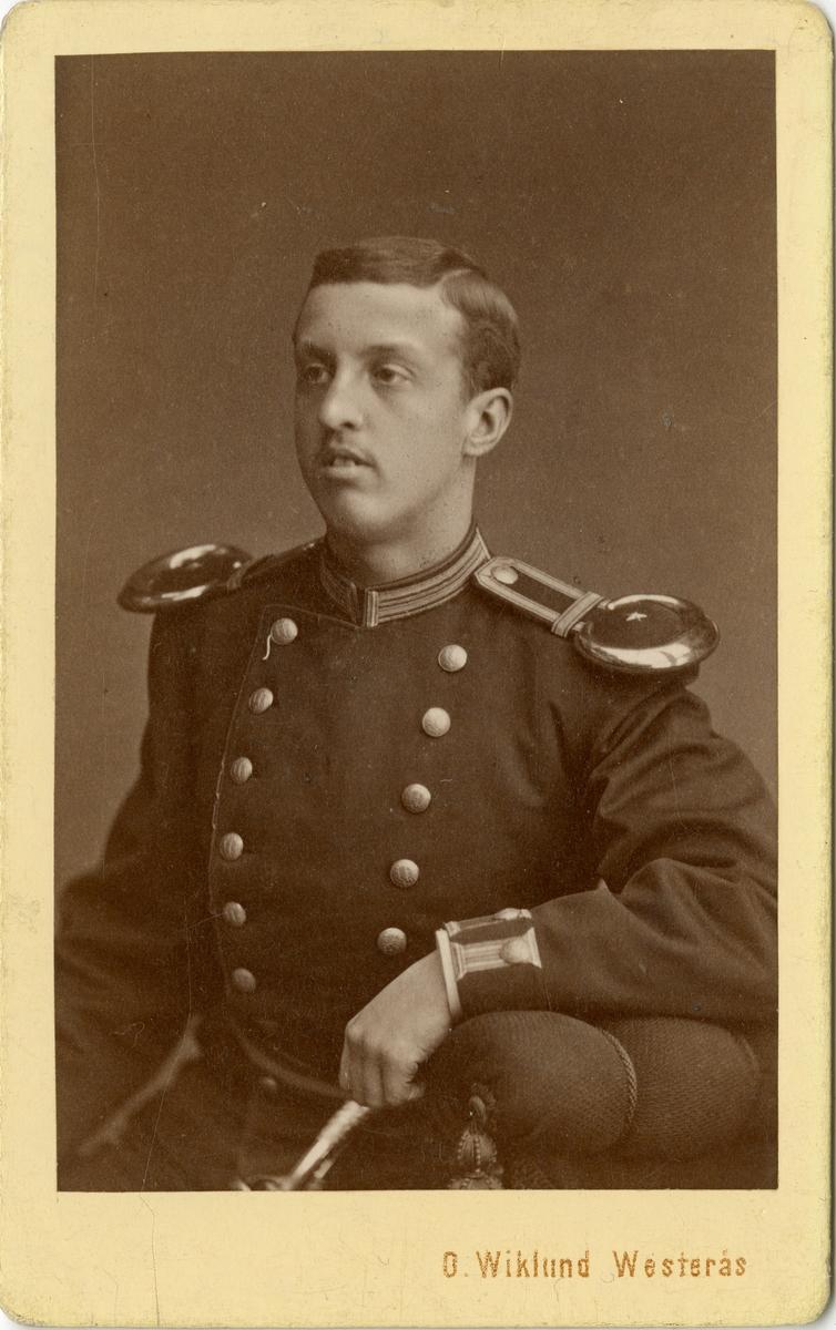 Porträtt av Carl Mårten Tottie, underlöjtnant vid Västmanlands regemente I 18. Se även bild AMA.0002078 och AMA.0009106.