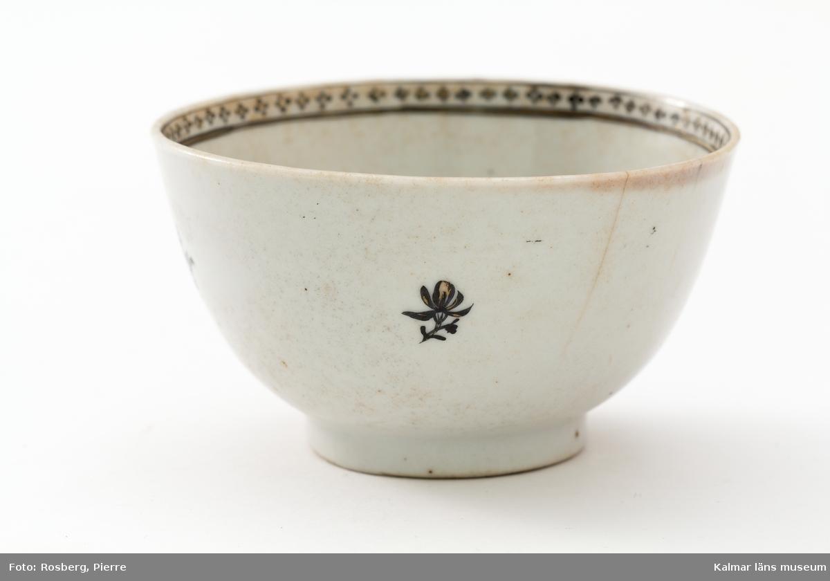 KLM 18768:1-4 Tekopp, fyra stycken, av porslin. Dekor med blommor i svart och guld. Kompaniporslin, tillverkat i Kina. Datering: 1700-tal.