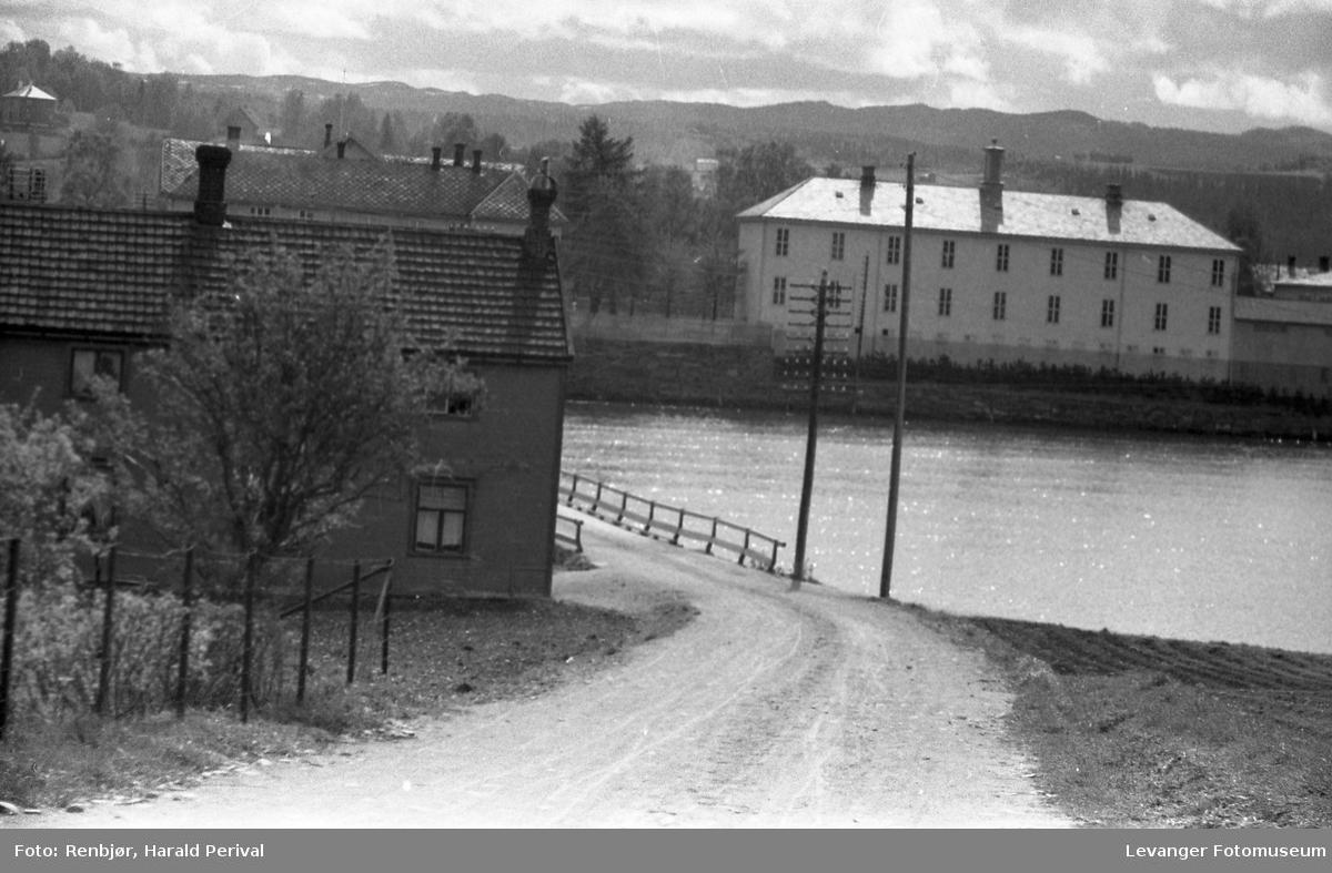 Brua over sundet i Levanger, utsikt mot Byskolen Middelskolebygget.