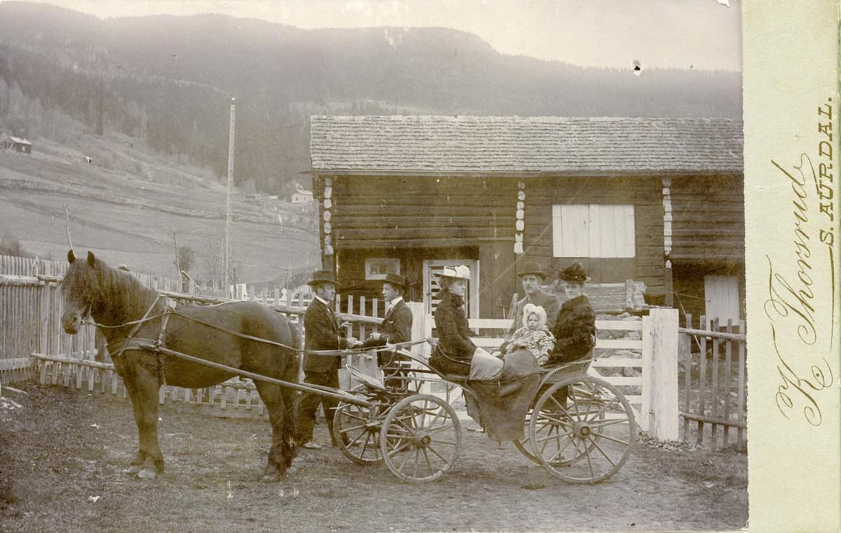 Tamburgarden, 1907. Ola Bagn tar avskjed med heimen for å dra til Amerika.