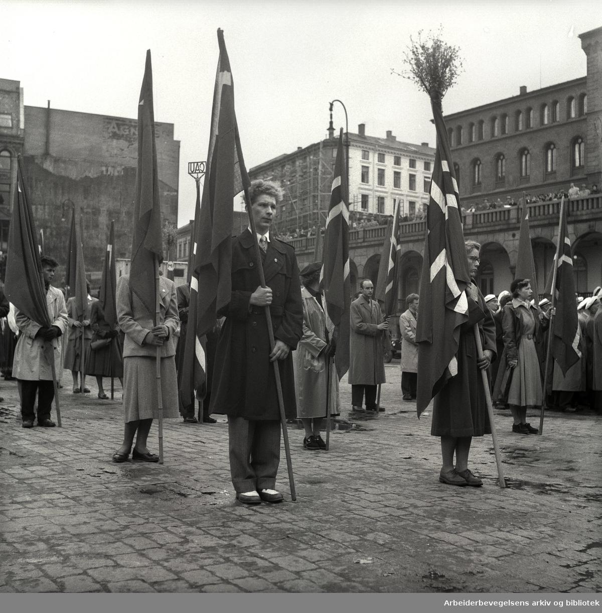 1. mai 1953, flaggborg på Youngstorget.