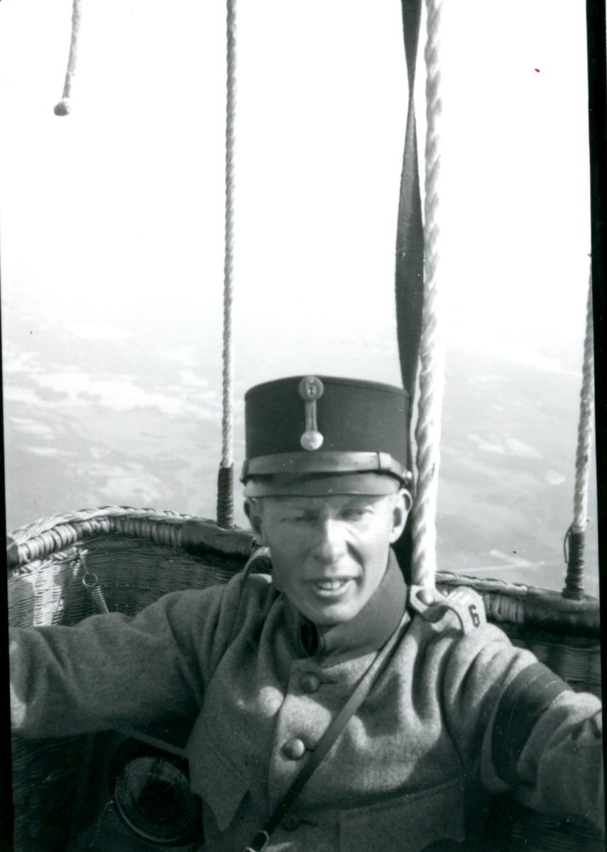 Kulballong m/1930 i luften. Namn se notering.