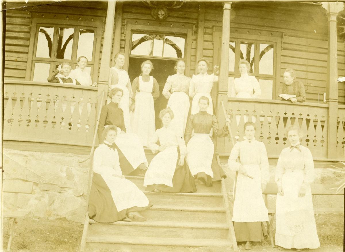 Ei gruppe med kvinner samla på trappa til Tonsåsen sanatorium.