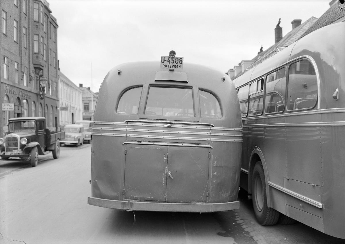 Busser fotografert bakfra i Dronningens gate