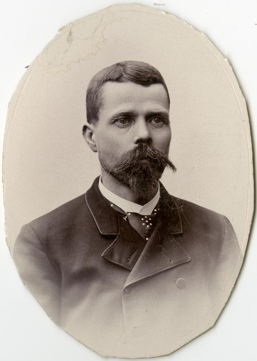 Porträtt av  C.G.A. Bèschen vid Stockholms Tyg-, ammunitions- och gevärsförråd.