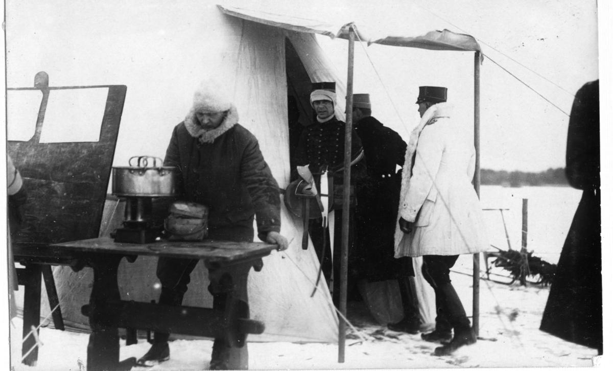 Hästkapplöping på is. Invägning och utspisning av glögg.