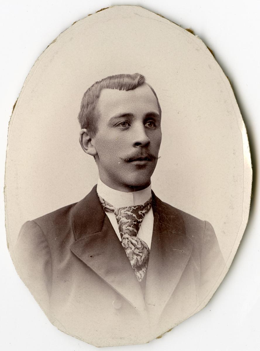 Porträtt av P. Lundblad vid Stockholms Tyg-, ammunitions- och gevärsförråd.