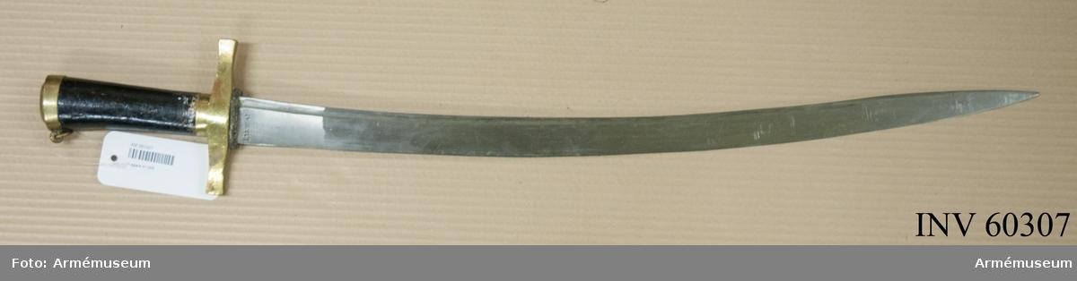"""Grupp D II. Huggare m/1856. Kallad """"huggare med trähandtag"""". Huggaren är alldeles lik AM 60208. Upptill på klingans yttersida står """"I. 13 No 47"""""""