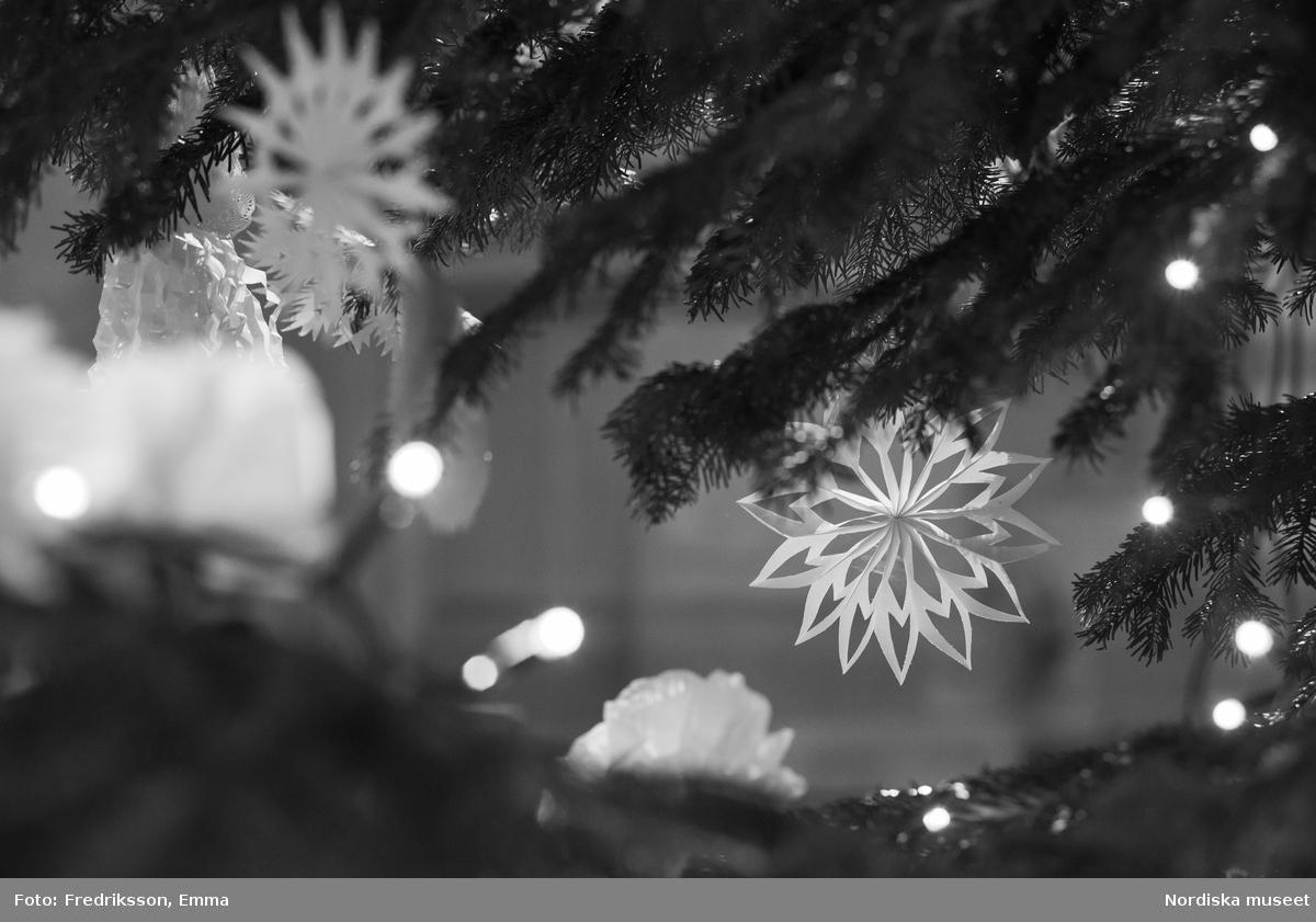 Jul, Julgran, Julgranspynt, Tradition, Sed, Seder, Julgranarna på Nordiska museet 2014, Nordiska museet. Julgransdekorationen på julgranen i stora hallen är formgivet av museets dekoratör/attributör Lena Nilsson.