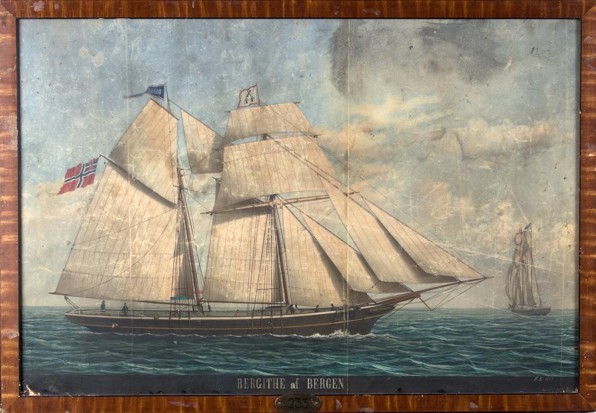 Skipsportrett av skonnertbrigg BERGITHE med full seilføring. Sees seilende for barbord halser og slørende for styrbord halser. Fører unionsflagg akter samt vimpel med skipets navn i stormasten.
