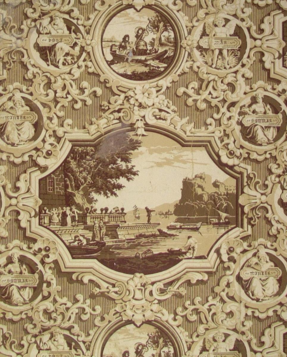 Mönstret består av större och mindre scenerier med romantisk 1700-talsprägel. Motiven är inramade och dekorerade med rocailleornament. De mindre cirkelinfattade scenerierna  kan även bestå av små statyetter. Viss silhuettverkan åstadkommes. Tryck i cremebeige samt i två bruna nyanser på ofärgat papper.