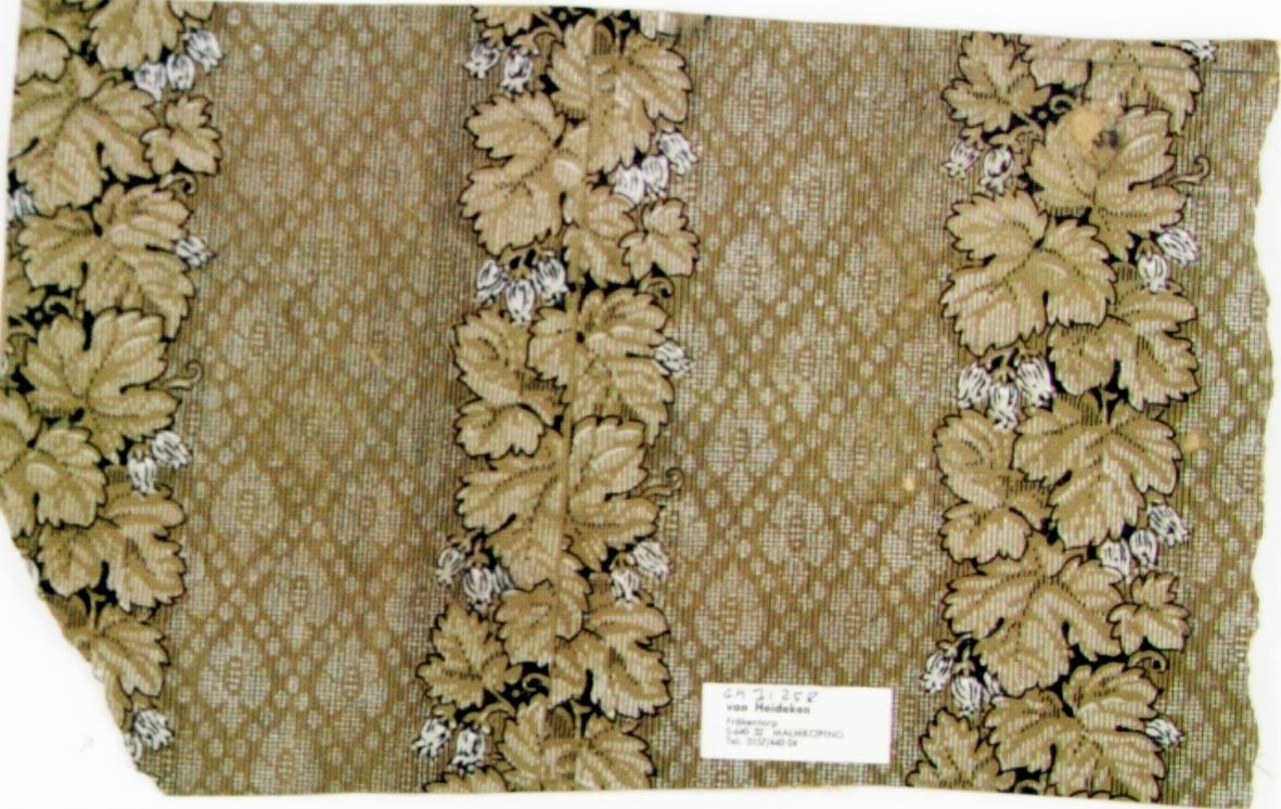 Lodräta bladslingor över ett textilimiterande mönster. Tryck i brunt, svart och vitt.