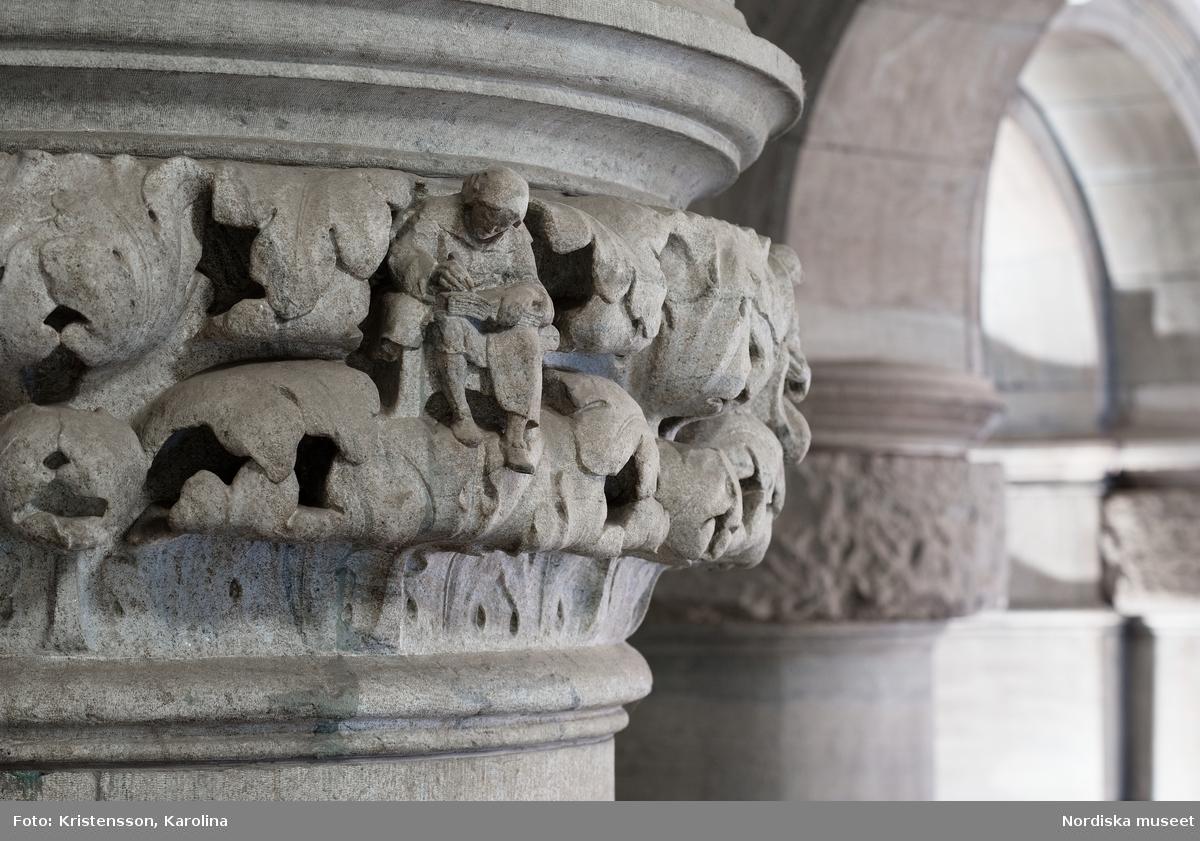 Detaljer huggna i sten i Nordiska museets interiör, dekorelement, kapitäl, figurer