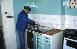 Köksskåpen i Toltorpsgatan 32 monteras ner och forslas till