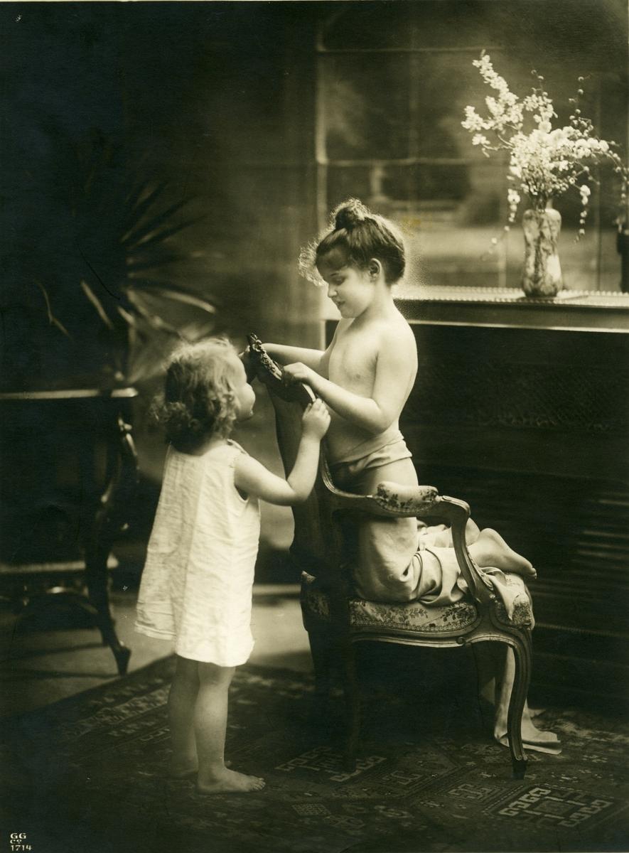 Romantisk portrett av 2 jenter.