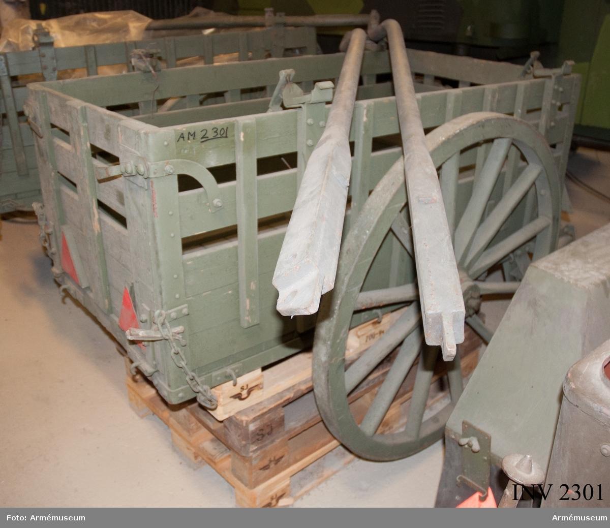 Målad i grå färg. Består av:  1 trosskärra m/1941,  1 par rörskalmar,  10 bindremmar,  3 draglinor till tampsele,  1 fårskinn,  1 hammare,  1 hänglås,  1 kärrpresenning,  1 körpiska,  1 luns m förstickel,  1 lunsring,  1 skruvmejsel,  1 märling, tjärad, 4 mm,  1 skiftnyckel,  2 packningsringar,  1 skruvsats i påse,  1 grävspade,  1 ståltråd 500 gr,  1 hovtång,  1 vagnsborste,  1 yxa,  1 pkt ljus,  1 lykta m fodral,  1 bindstreck 12 m,  1 packsäck av jute,  1 ämbar av plåt,  1 ämbar av väv,  1 första förband,  1 snöskyffel, 1 par hjulmedar.
